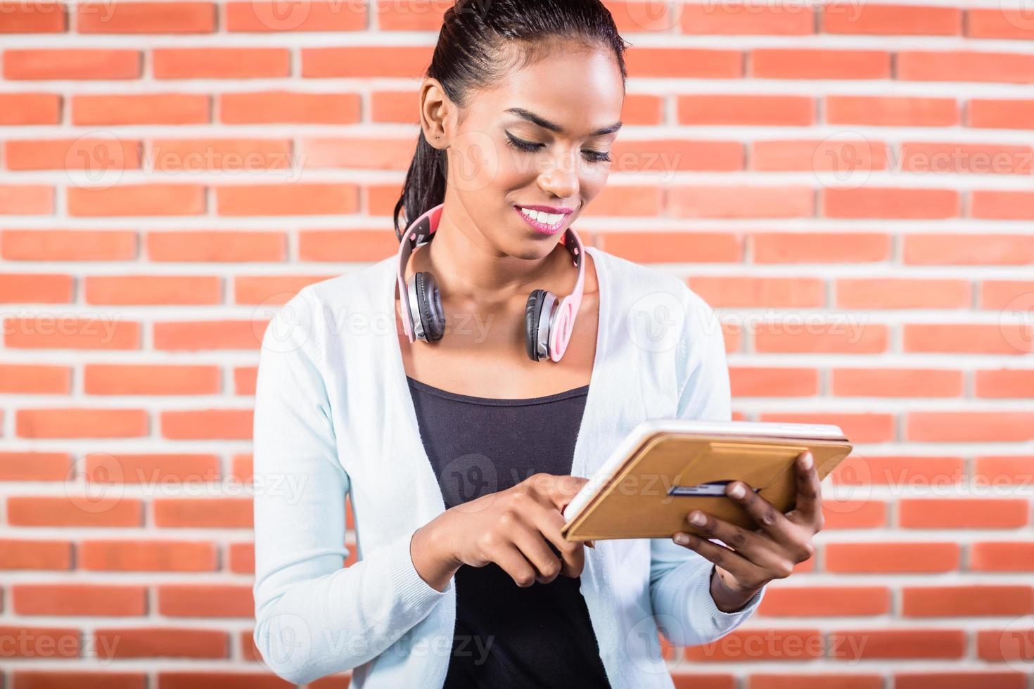studente universitario indiano con computer tablet foto