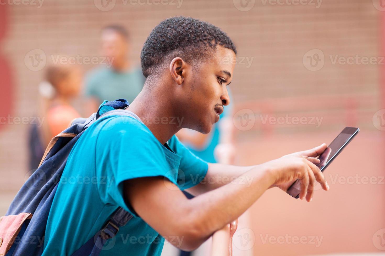 studente di college africano maschio utilizzando computer tablet foto