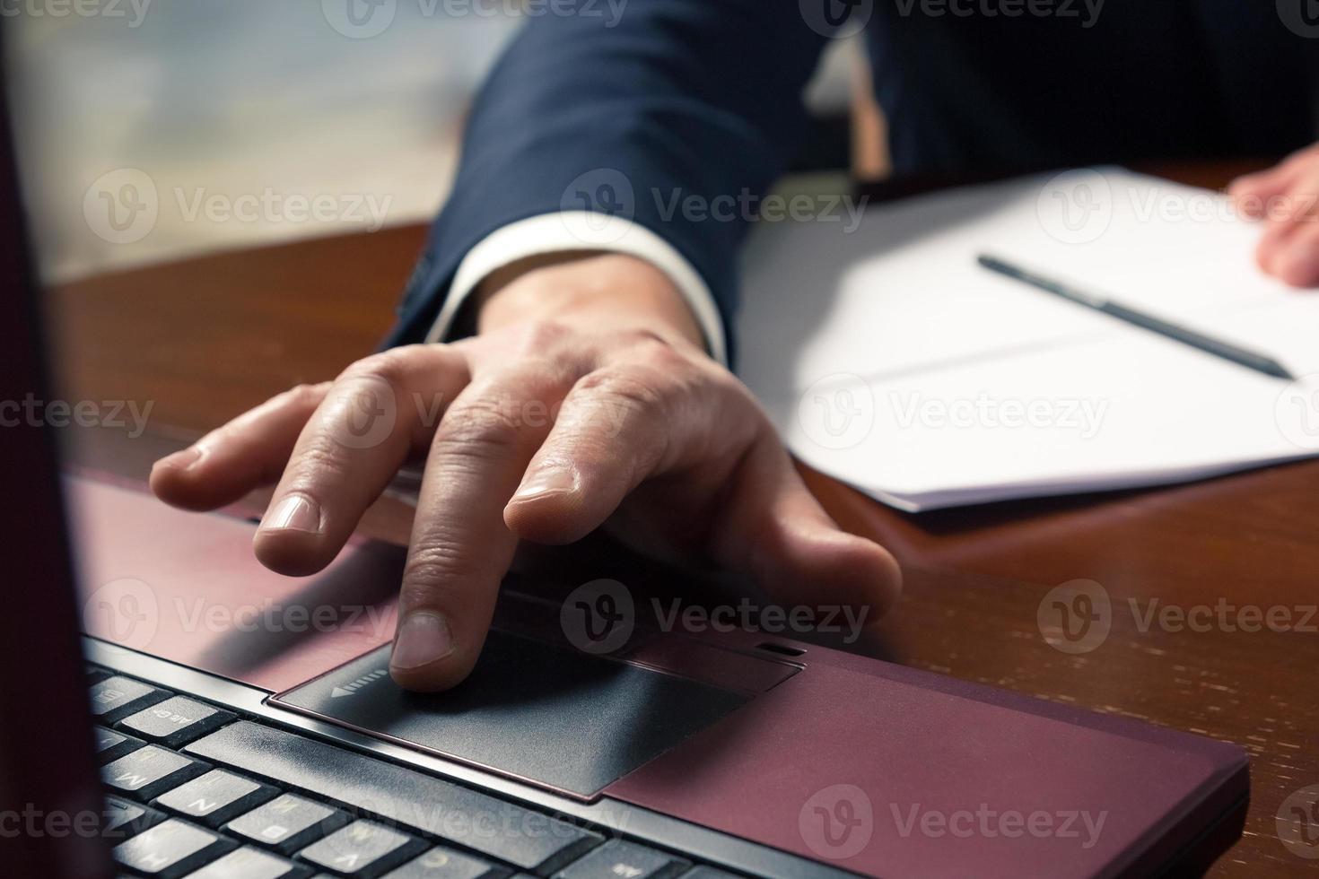 mani di uomo d'affari digitando sulla tastiera di un computer foto