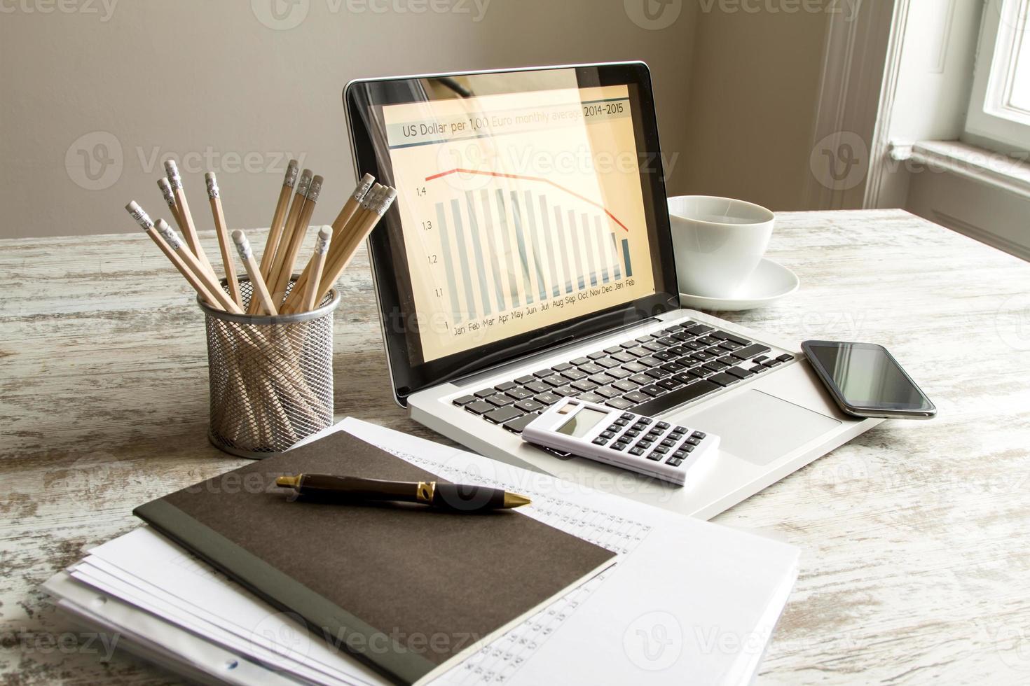 un grafico a barre del tasso di cambio da euro a dollaro su un laptop foto