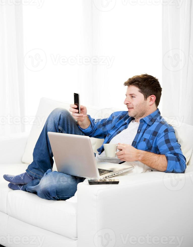 uomo rilassato con testo di scrittura del computer sul cellulare foto