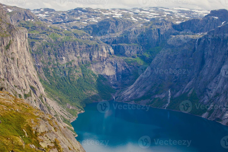 bellissimo panorama estivo norvegese paesaggio montano vicino a trolltunga, Norvegia foto