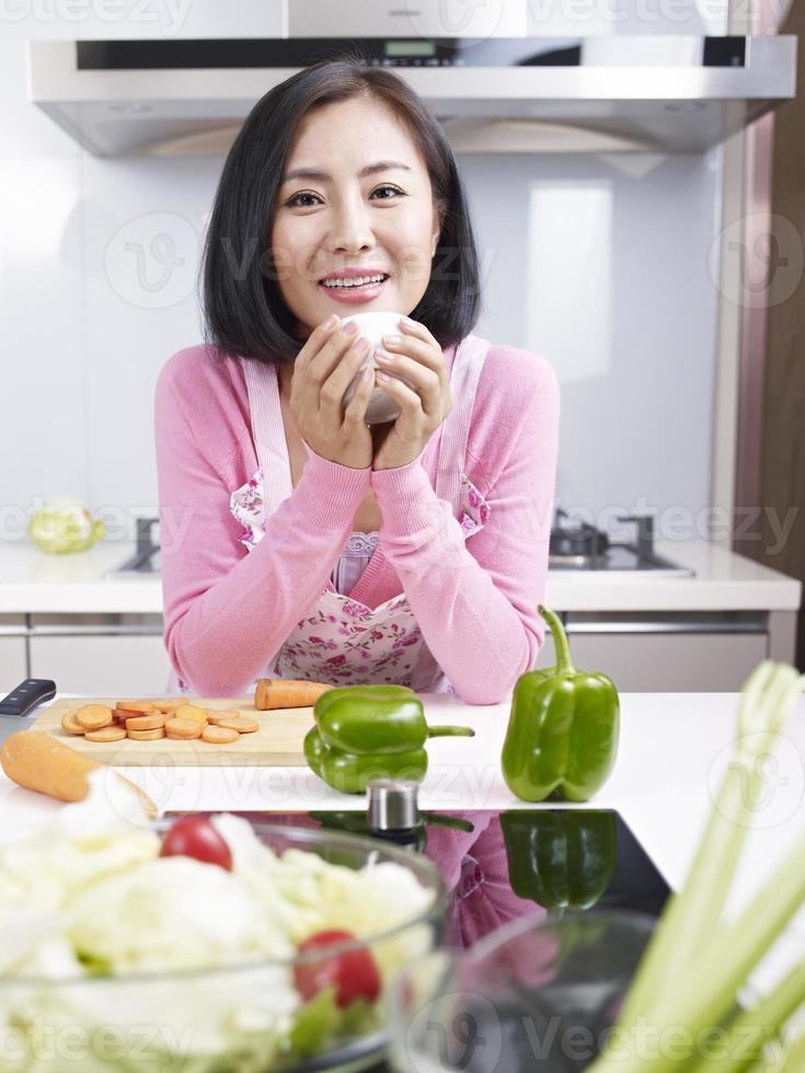 casalinga asiatica sorridente foto