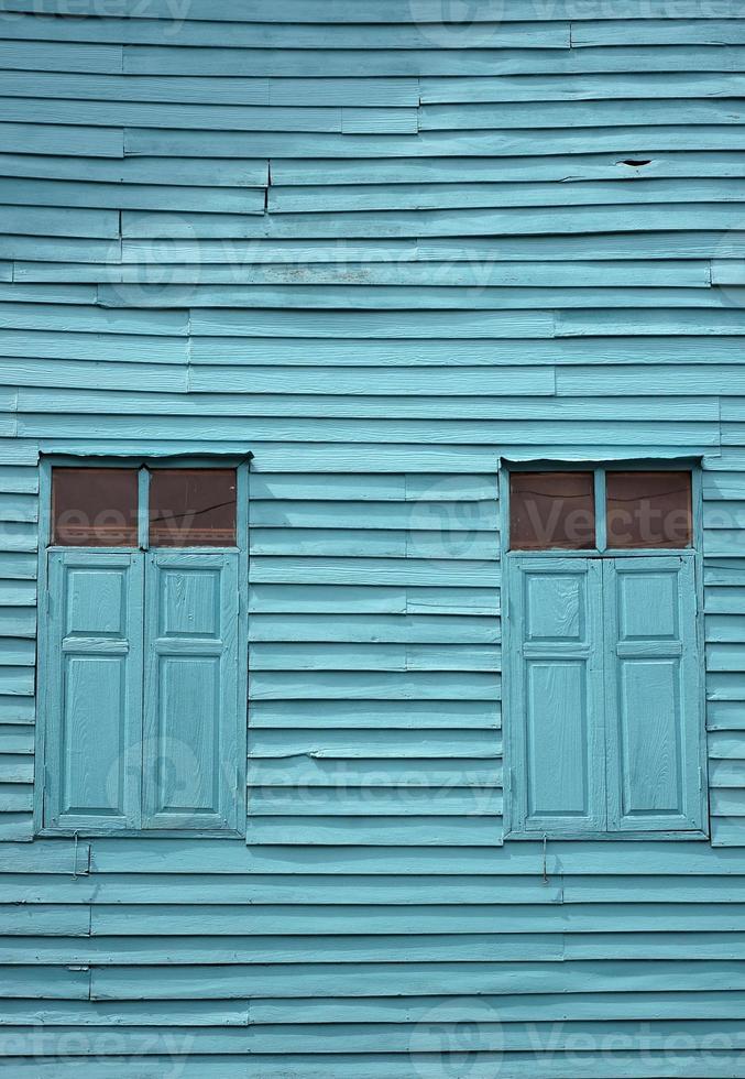 parete e finestra di legno blu dell'annata foto