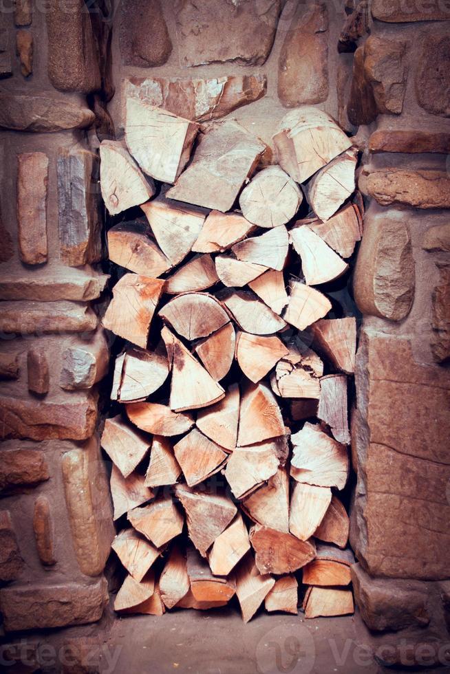 legno impilato preparato per camino foto