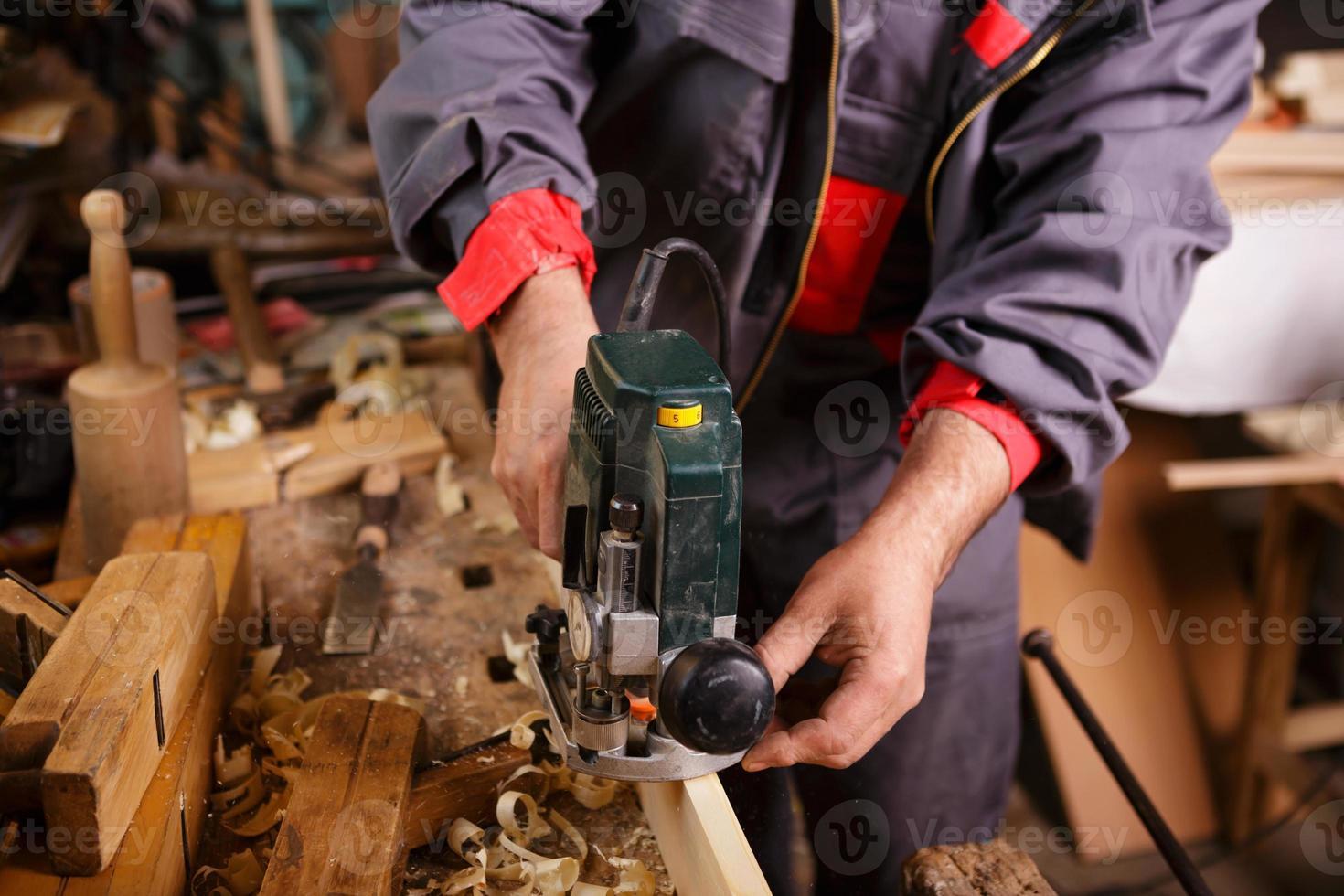 carpentiere al lavoro con falegnameria pialla elettrica foto