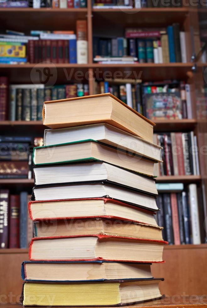 libri sul tavolo di legno foto