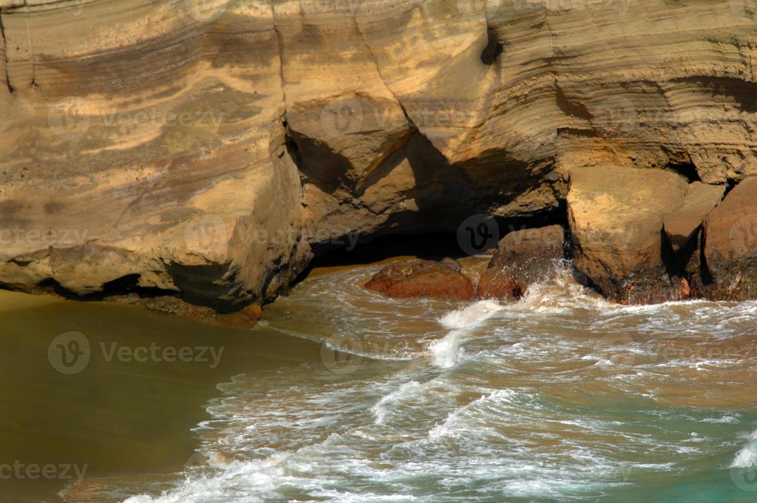 fare il bagno in spiaggia di sabbia verde foto
