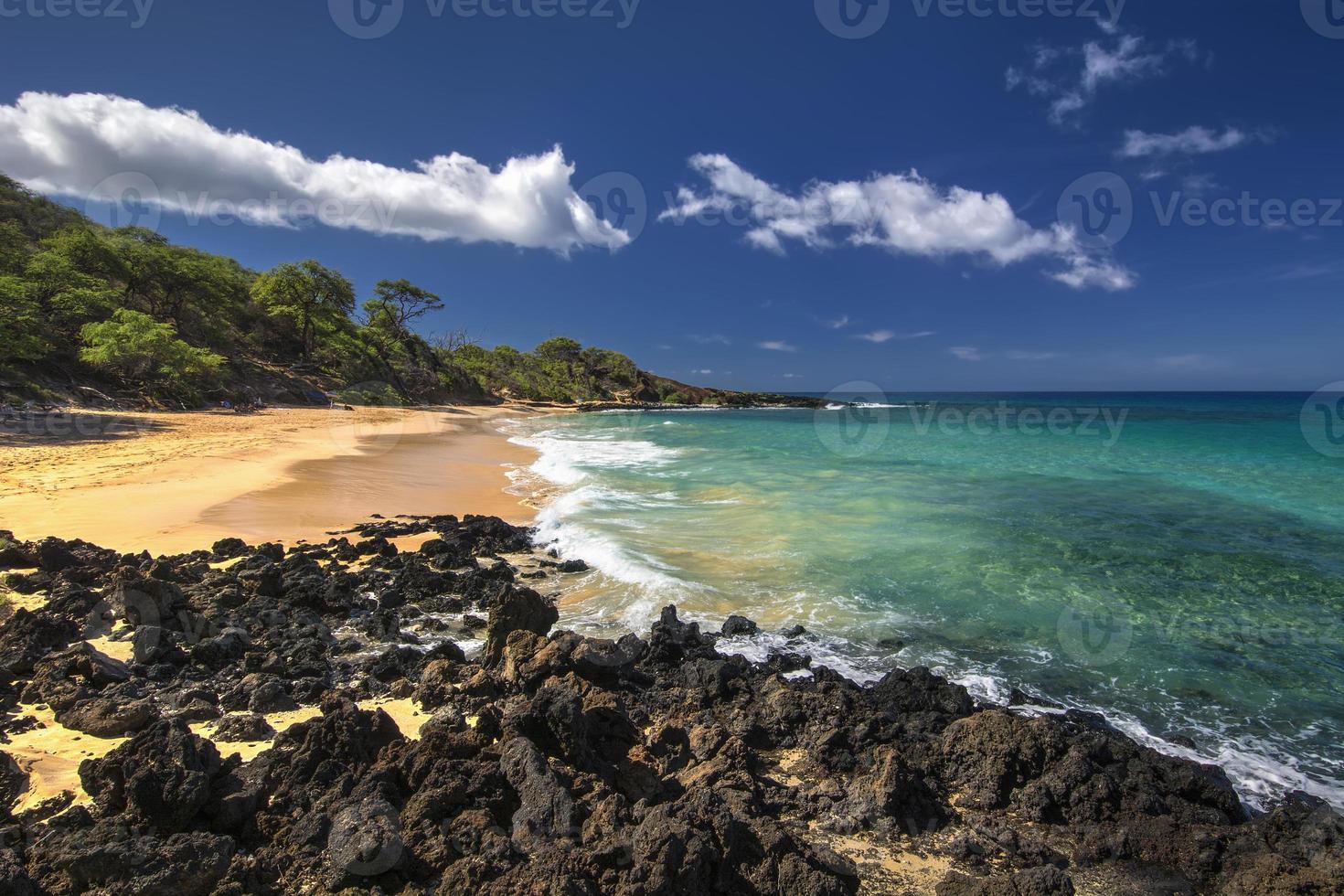 piccola spiaggia nel parco statale di makena, maui del sud, hawaii, stati uniti d'america foto