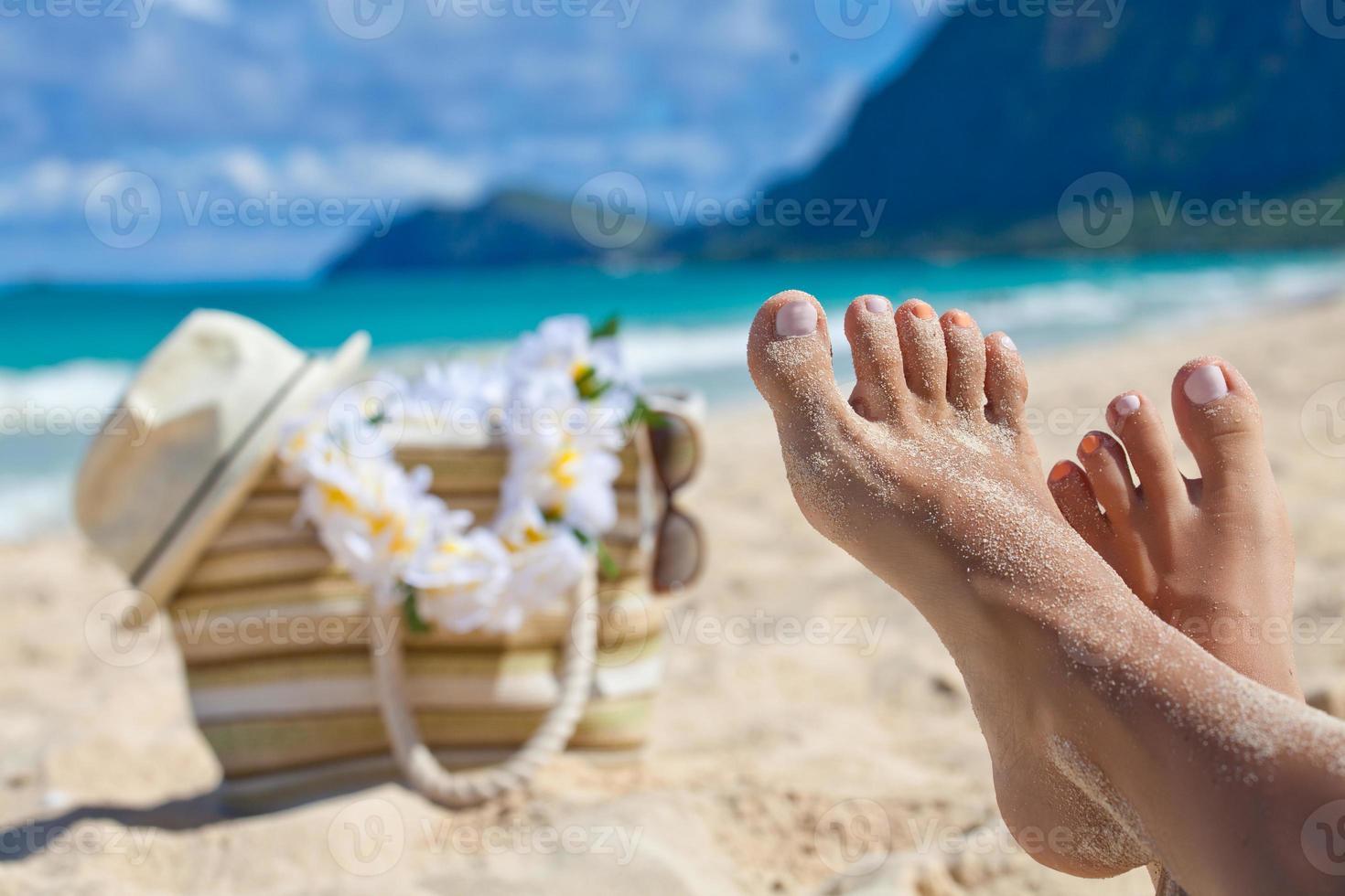 gambe del primo piano in spiaggia d'estate foto
