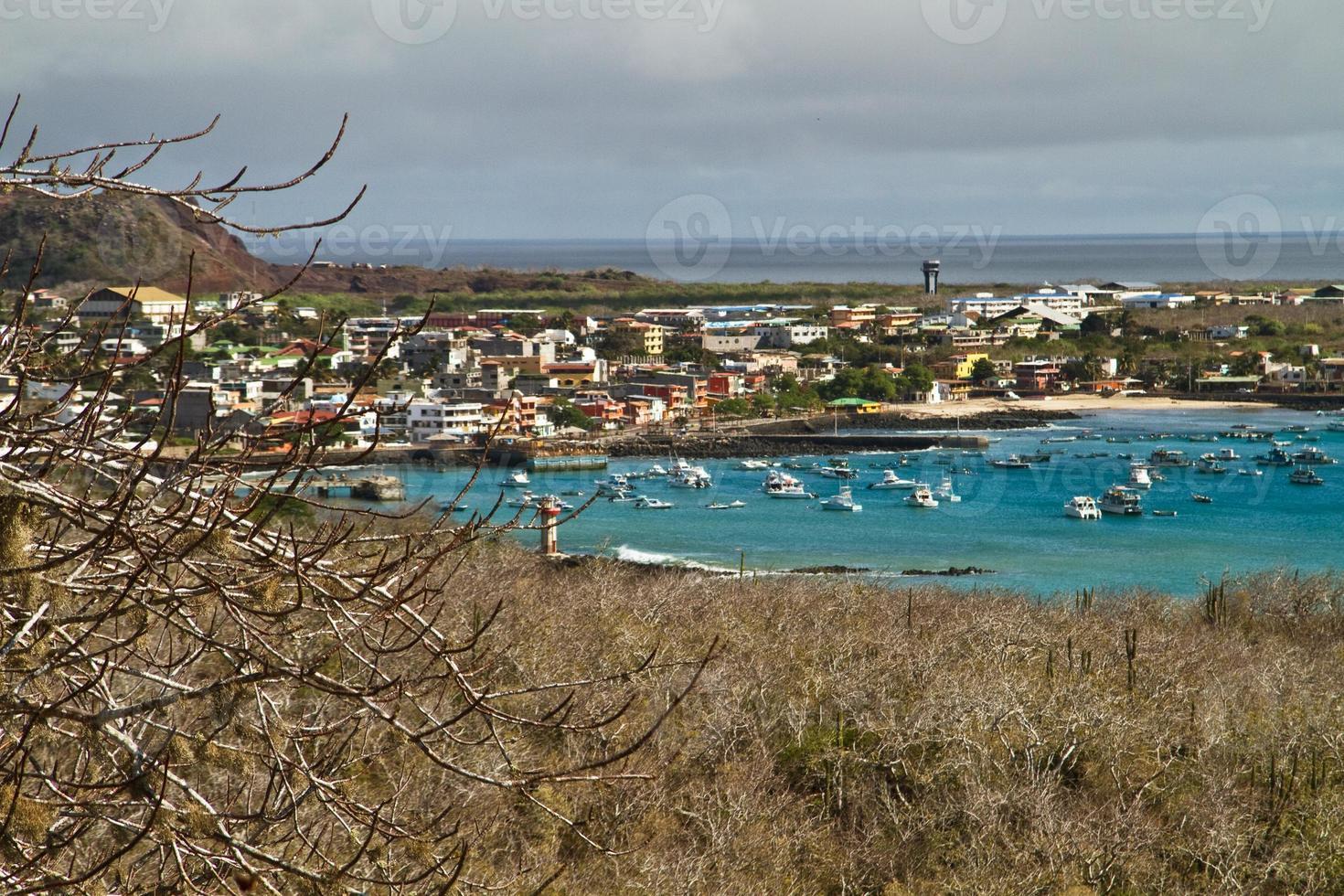 bellissimo paesaggio costiero del porto nell'isola di san cristobal, galapagos foto