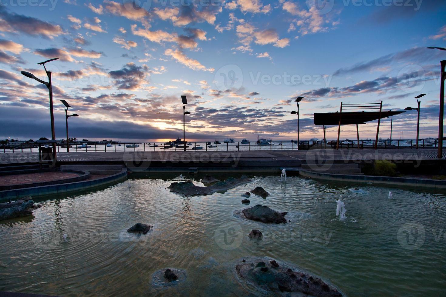 incredibile tramonto lungo il porto nell'isola di san cristobal, nelle galapagos foto