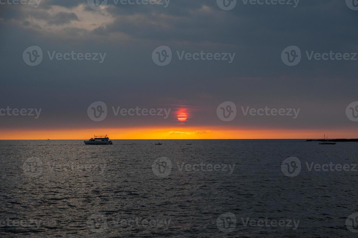 tramonto hawaiano dorato e barche a vela e navi foto