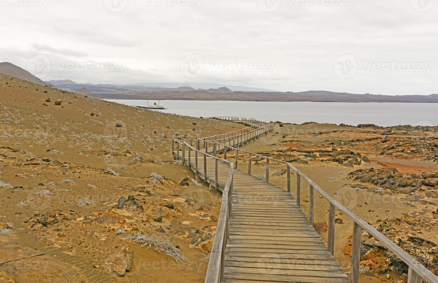 lungomare verso l'oceano su un'isola vulcanica foto