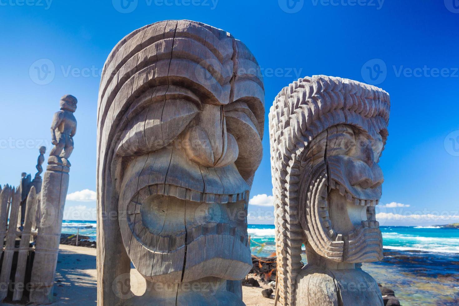 scultura in legno hawaiano foto