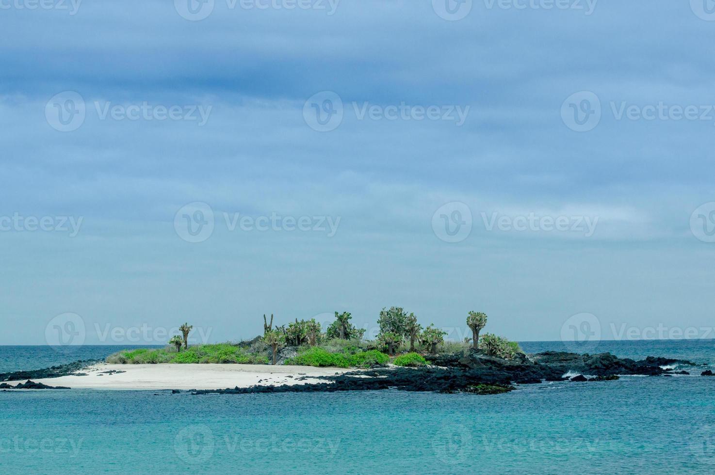 bellissimo isolotto nell'arcipelago delle isole galapagos foto