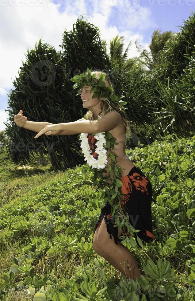 Hula hawaiana ballata da una ragazza adolescente foto