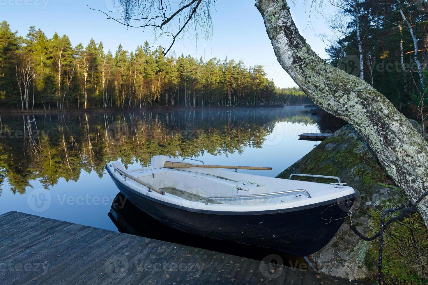 silenzio mattutino sul lago a novembre foto