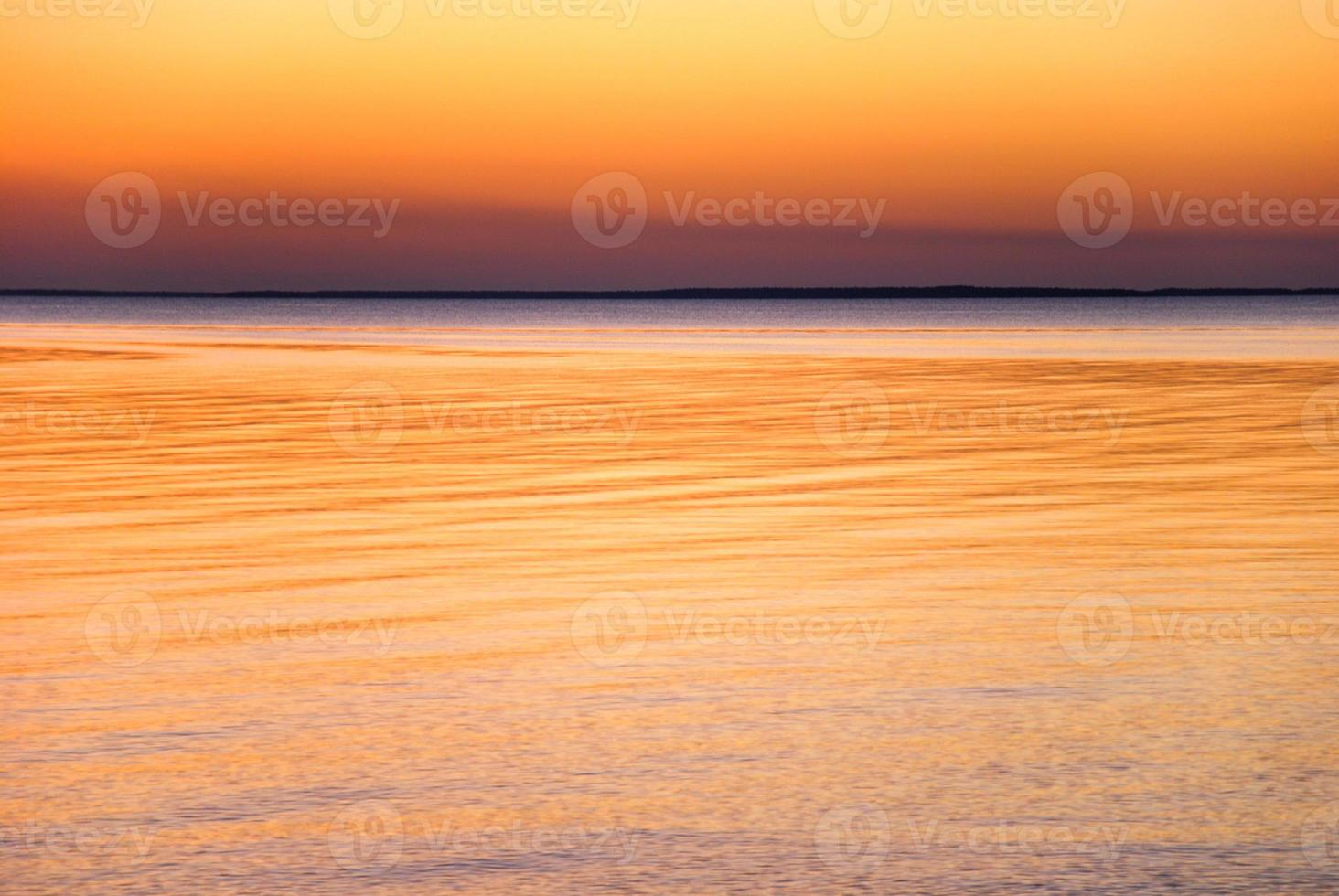 cielo colorato e acqua foto