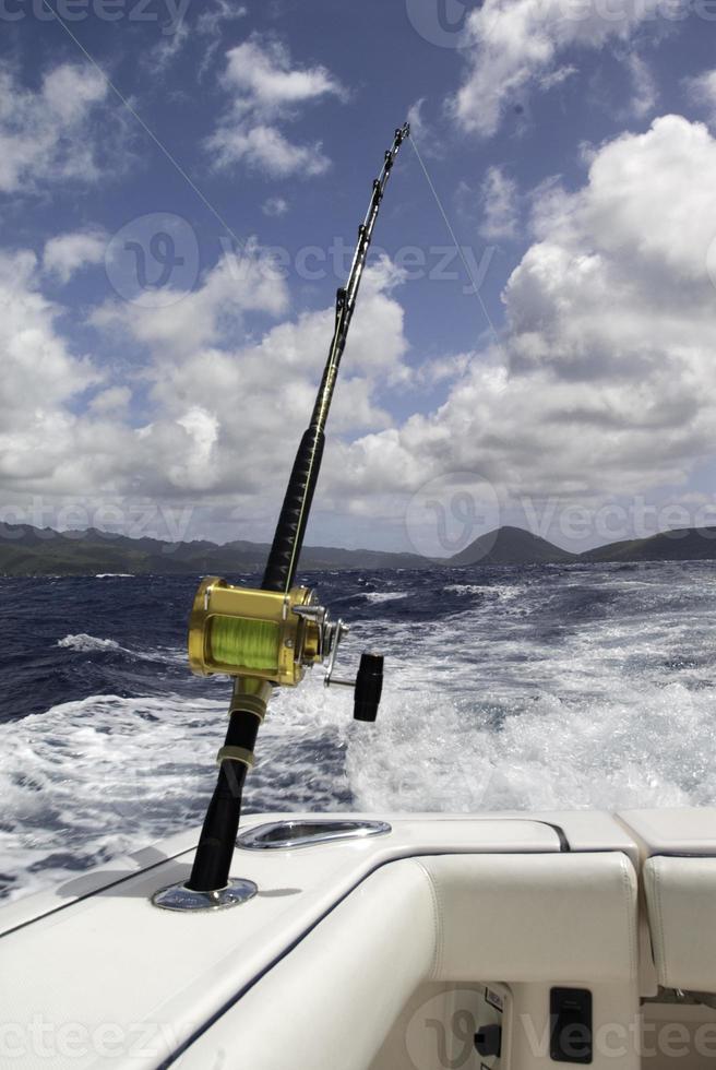 Canna da pesca d'altura sulla barca in Hawai foto
