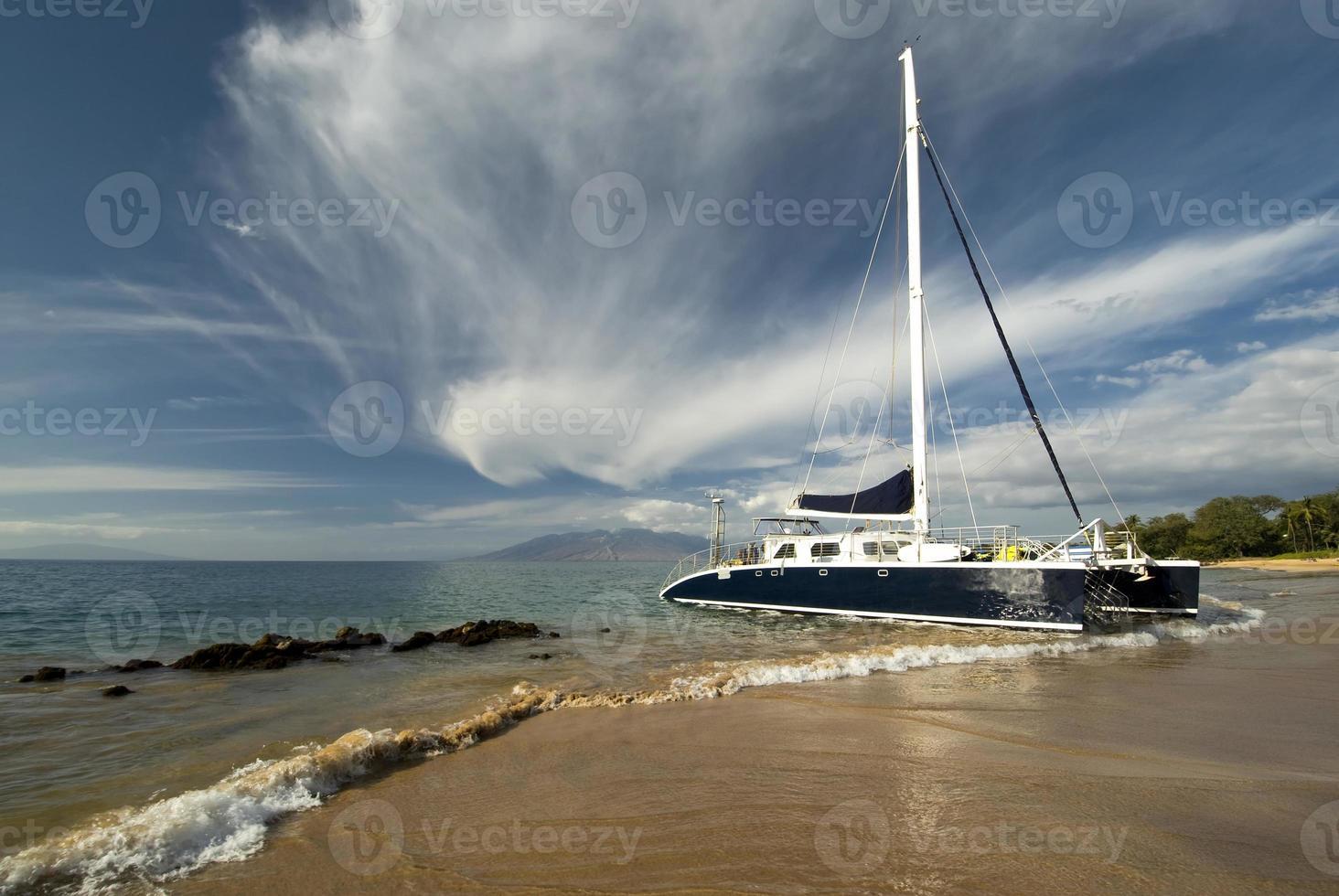 catamarano, West Maui montagne sullo sfondo. Hawaii foto