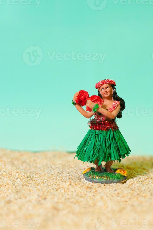 giocattolo ragazza hula sulla spiaggia foto