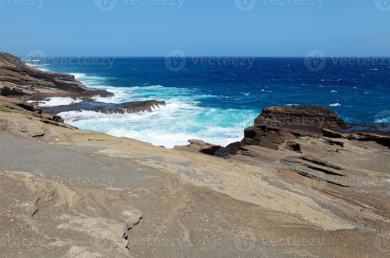 onde contro la costa a O'ahu foto