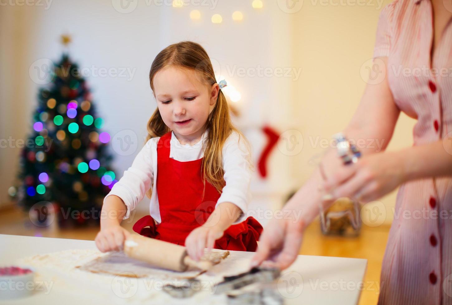 cottura della famiglia alla vigilia di Natale foto
