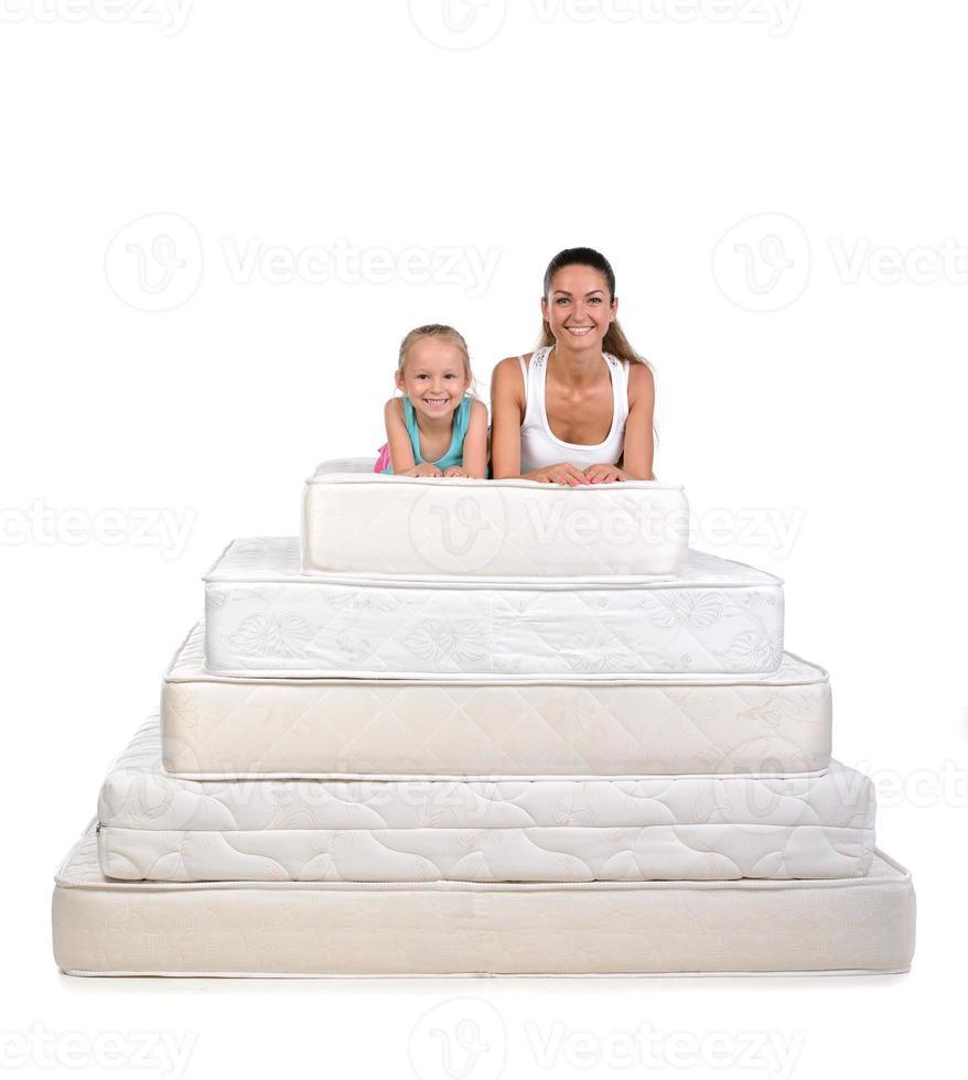 famiglia e molti materassi foto