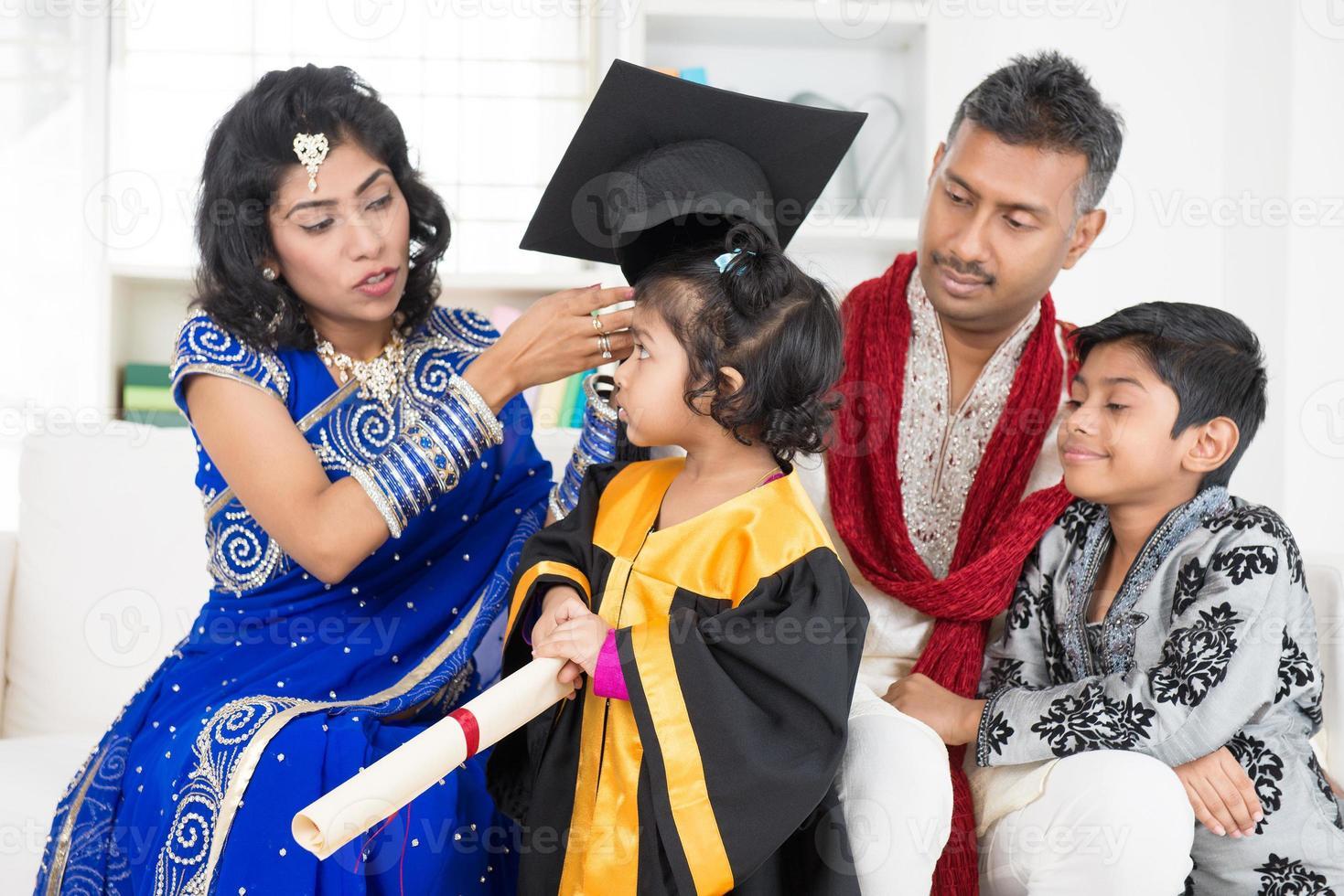 diploma di scuola materna con la famiglia foto