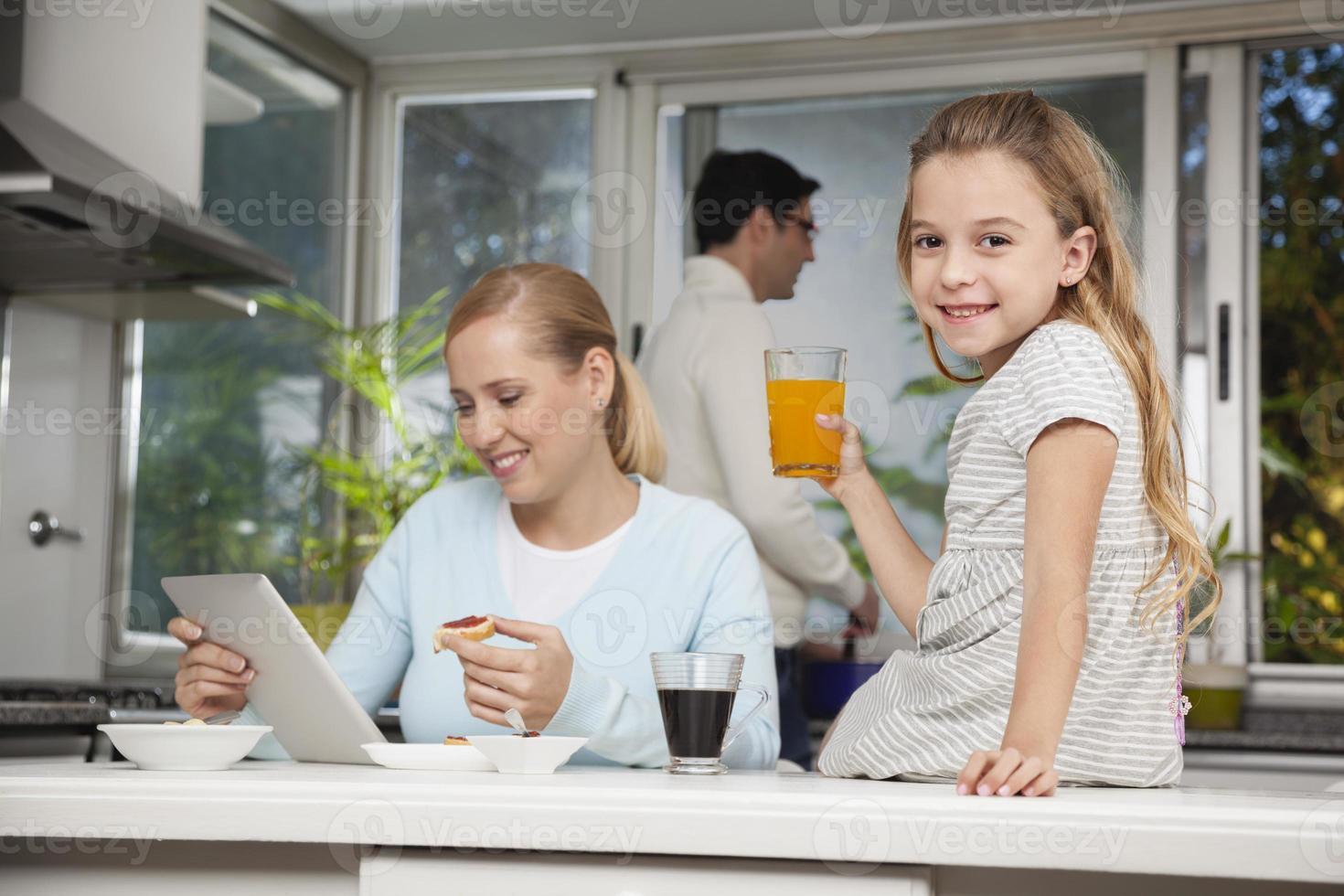 famiglia in cucina foto