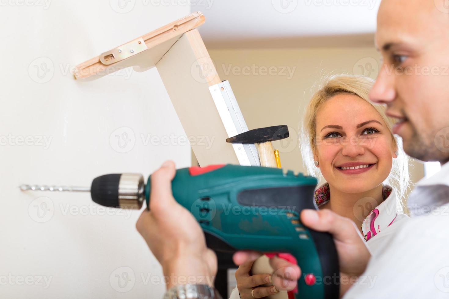 la famiglia effettua riparazioni a casa foto