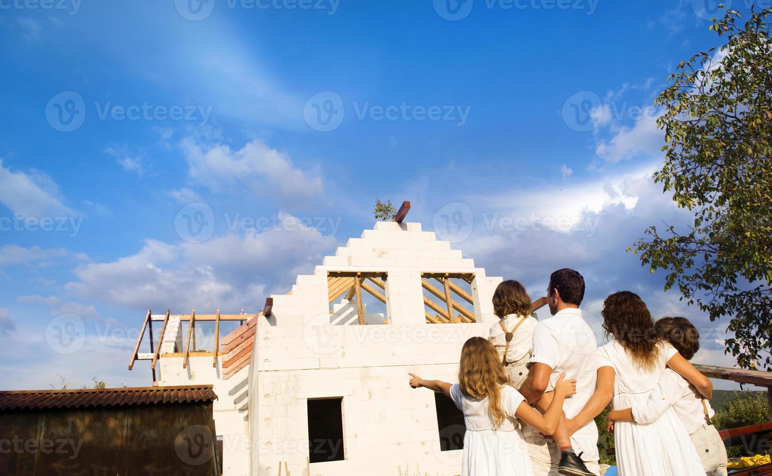 famiglia che costruisce una nuova casa foto