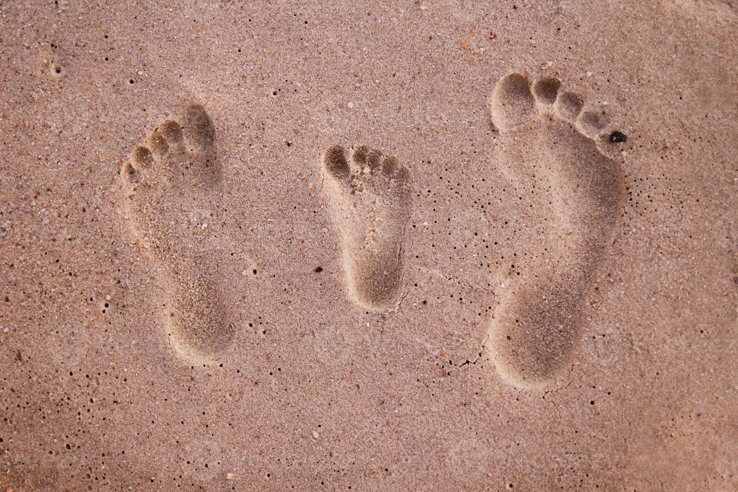 impronte di famiglia nella sabbia foto