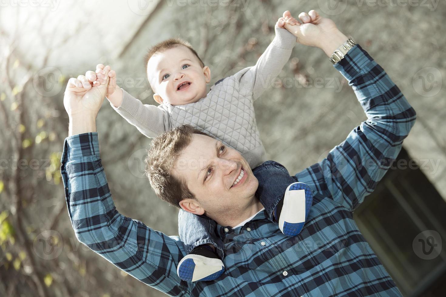 giovane papà con il suo bambino foto