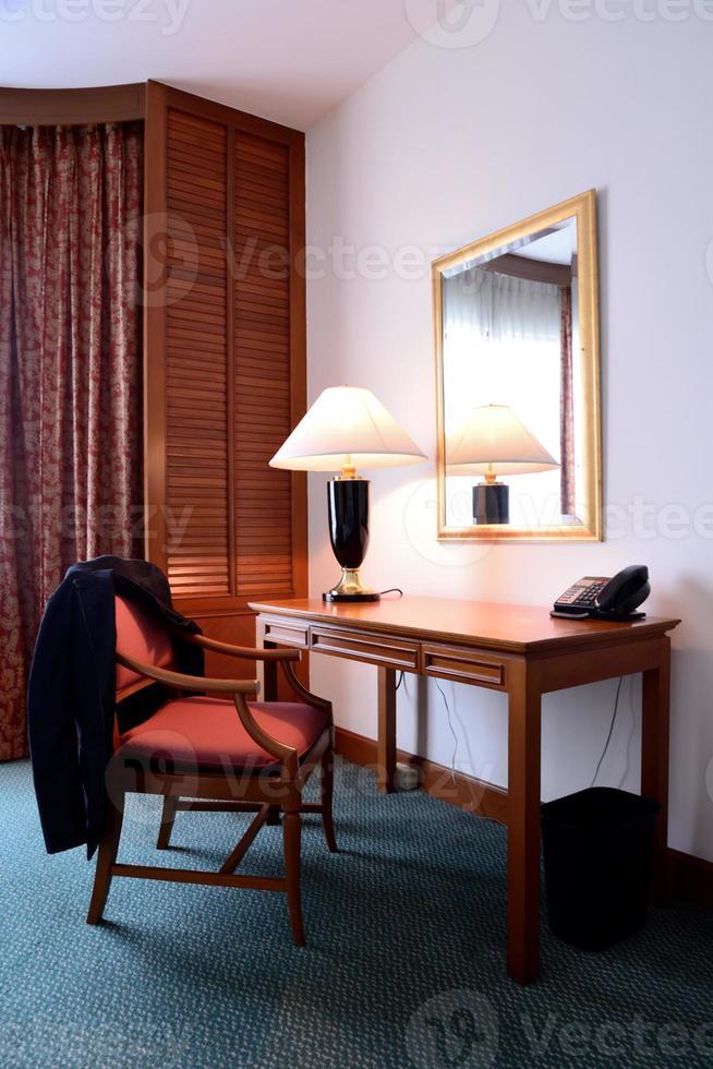 scrivania in un ufficio moderno foto