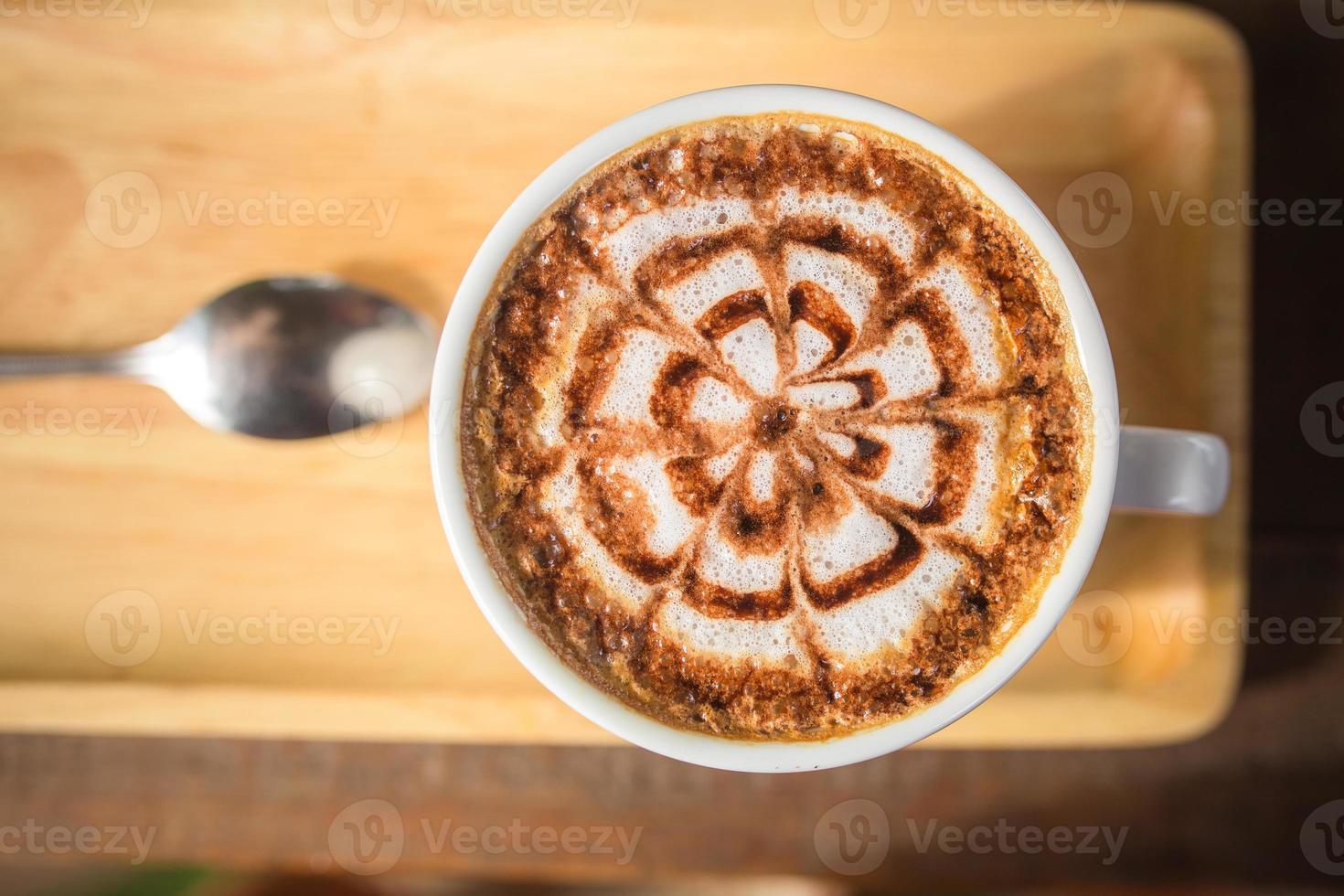 arte del caffè del latte sullo scrittorio di legno foto