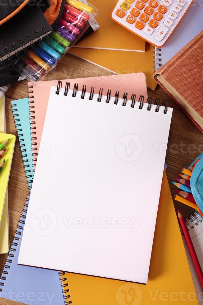 scrivania dello studente con il libro di scrittura in bianco, spazio della copia foto