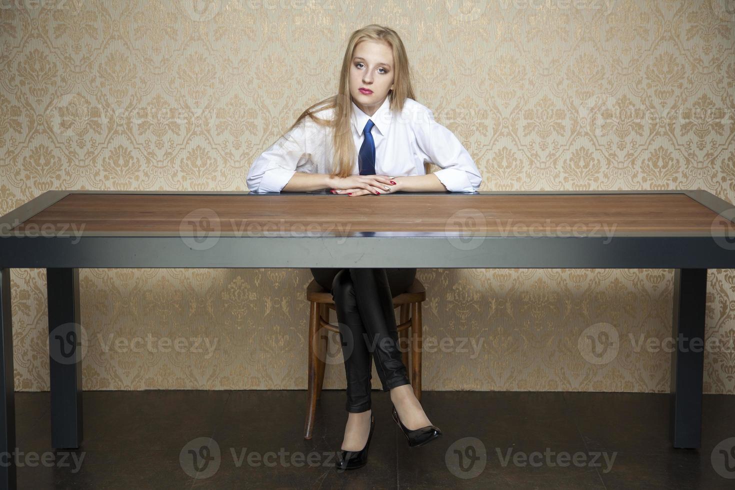 donna dietro la scrivania foto