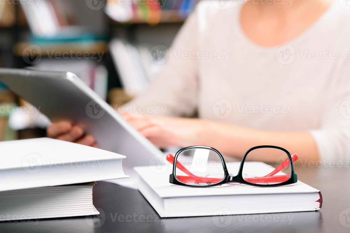 studiare materiali sdraiati sulla scrivania foto