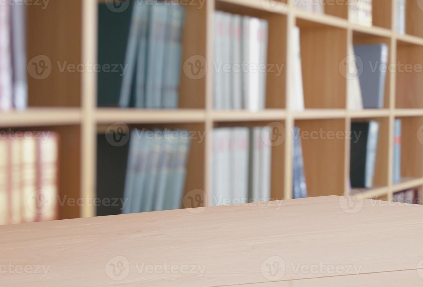 libri. libro aperto sulla scrivania foto