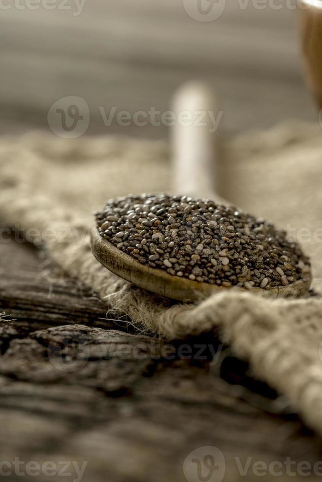 cucchiaio di legno pieno di semi di chia nutrienti sani foto
