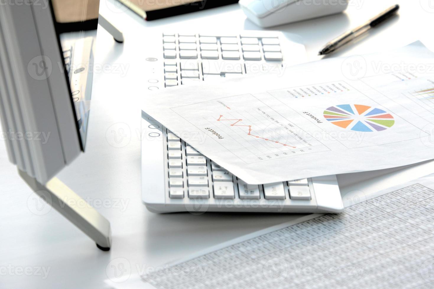 concetto di business, scrivania in ufficio senza persona foto