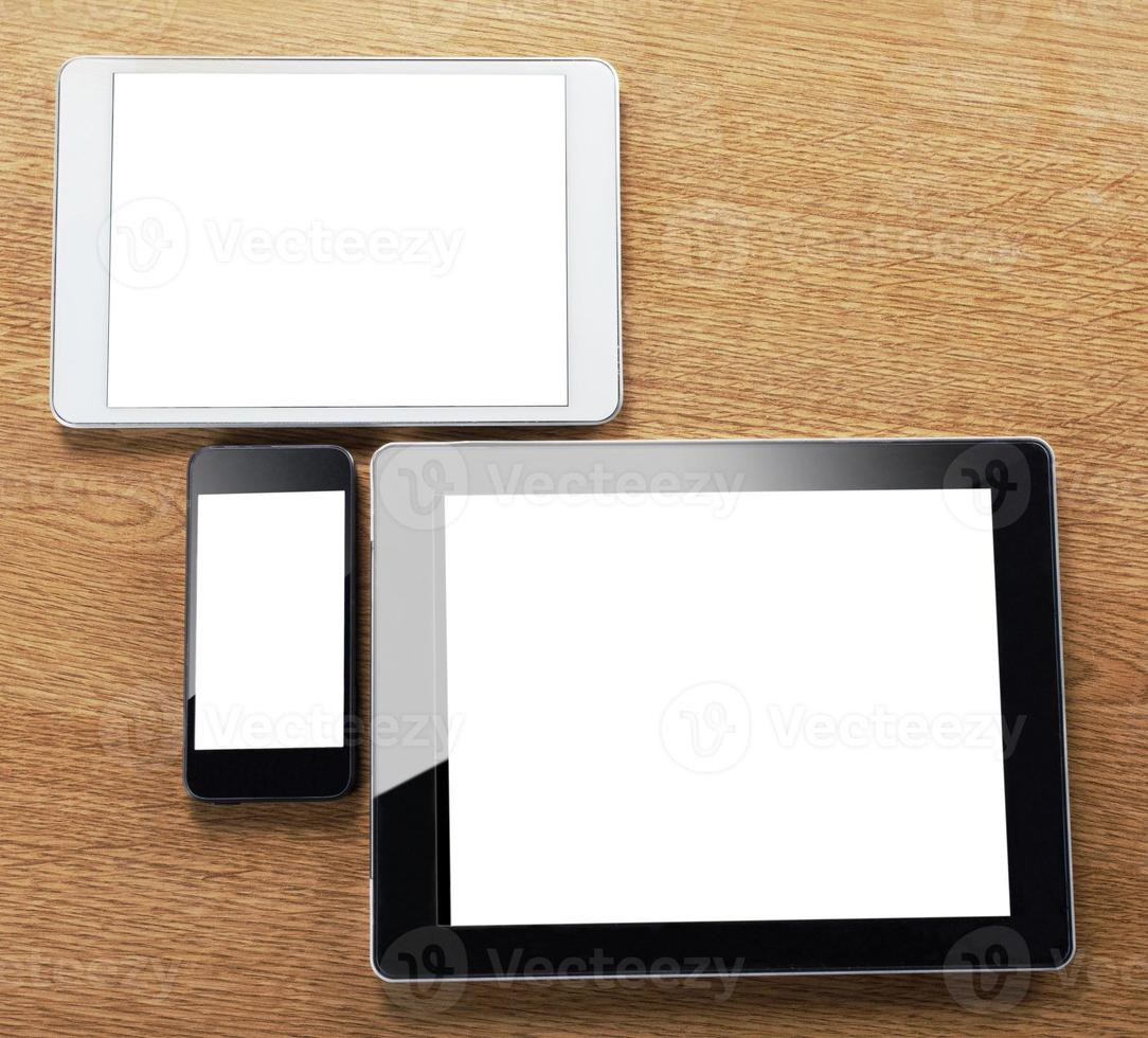 diversi tipi di tablet digitali e smartphone sul desktop foto