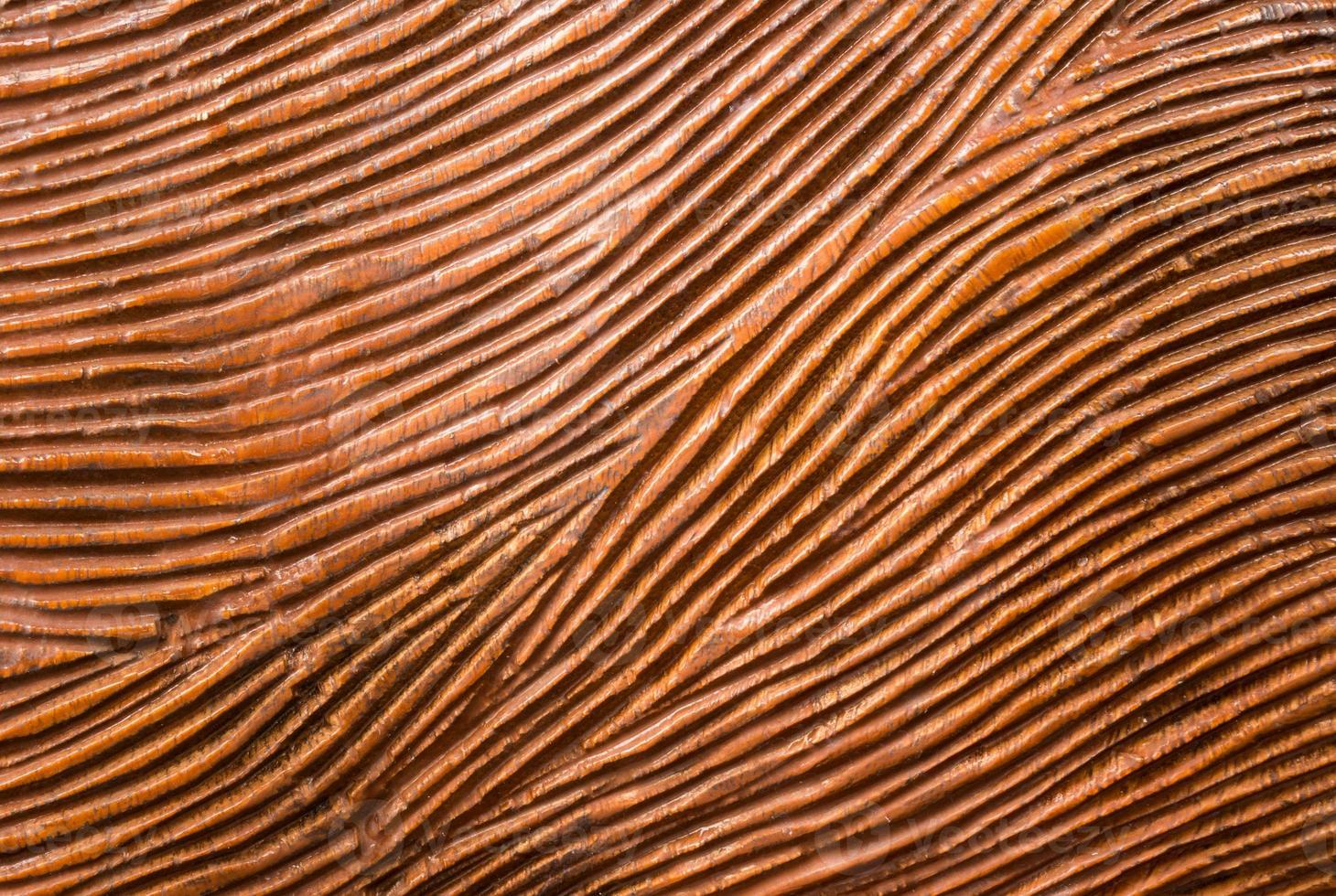 legno rosso intagliato tradizionale con linea di flusso foto