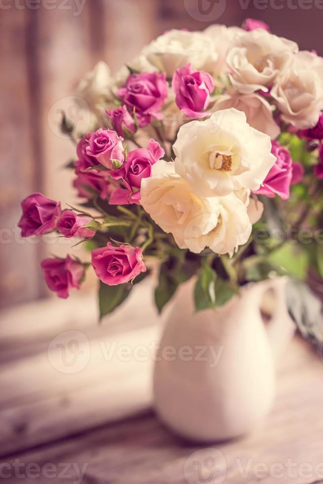 rose in un vaso foto