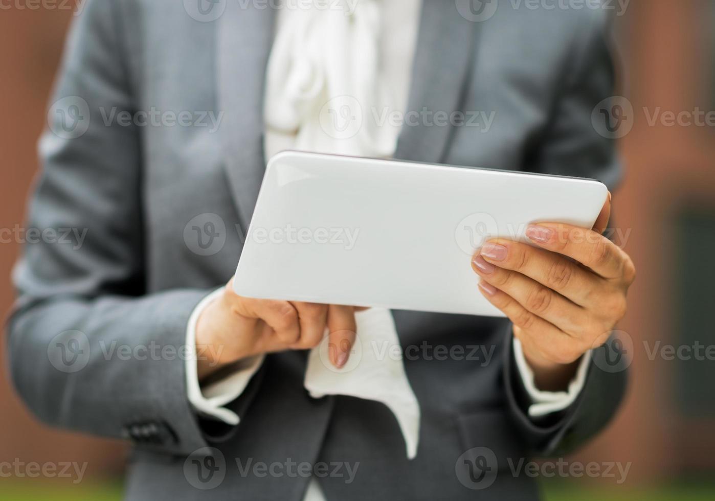 primo piano sulla donna d'affari utilizzando tablet pc foto