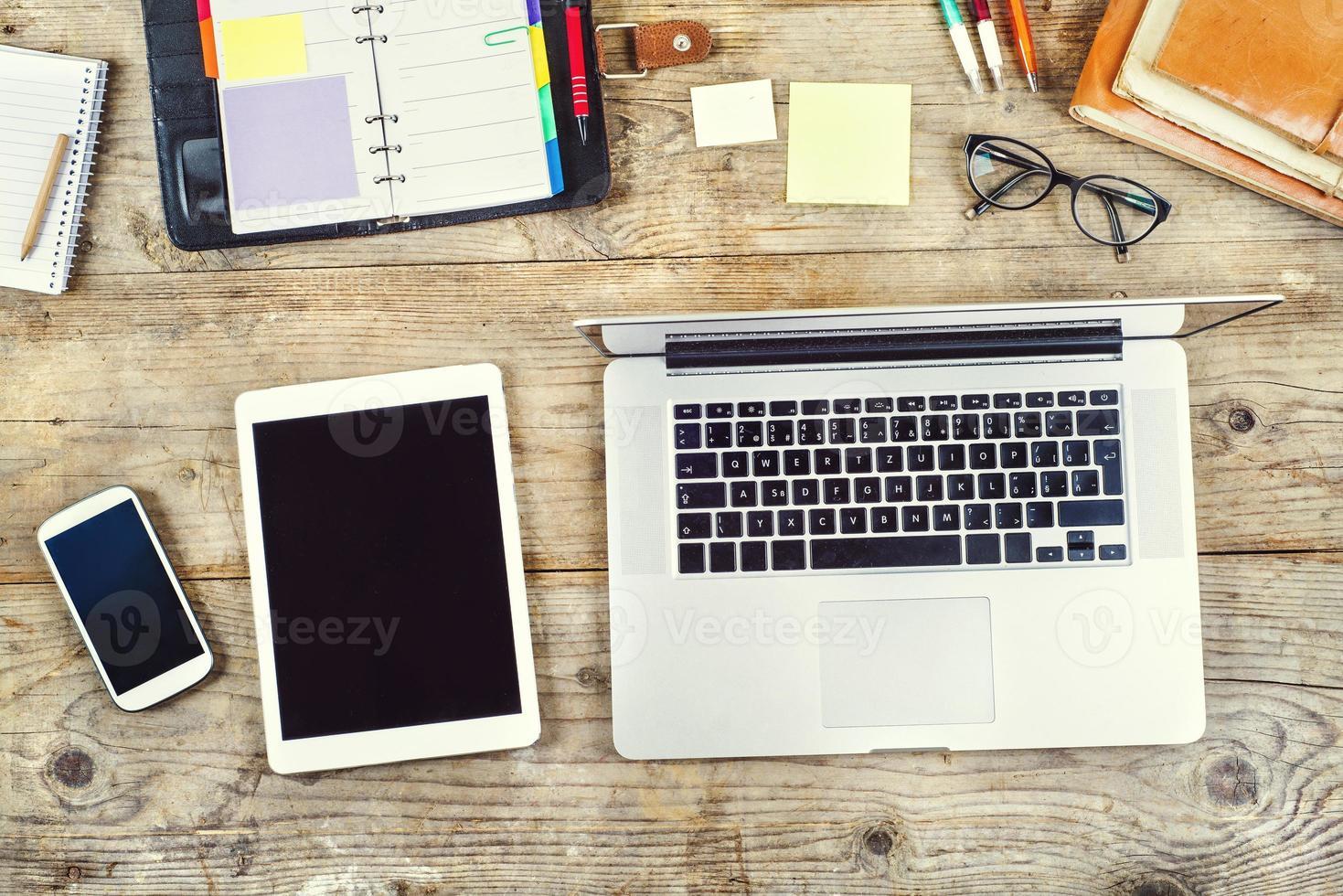 mix desktop su un tavolo da ufficio in legno. foto