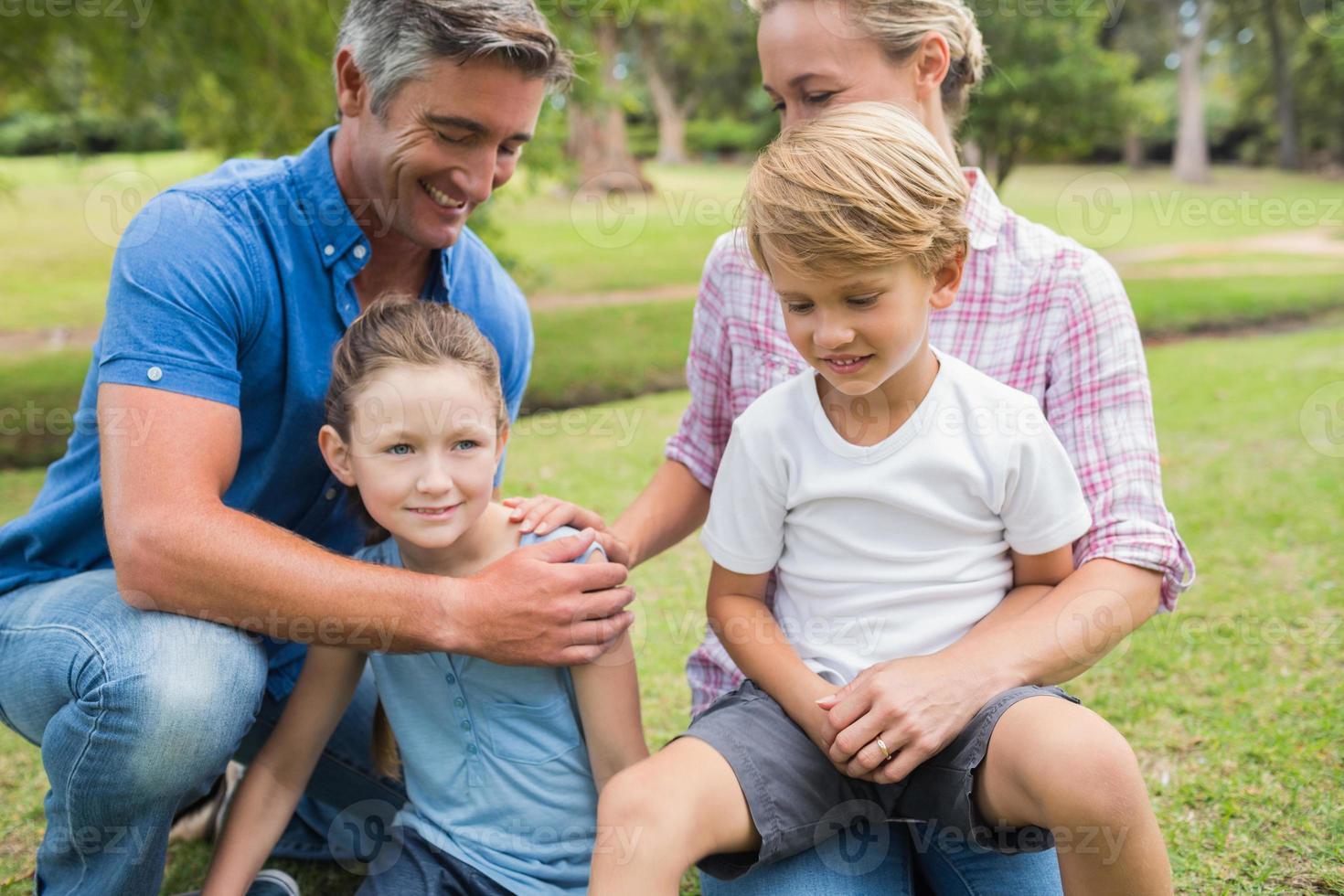 famiglia felice nel parco foto