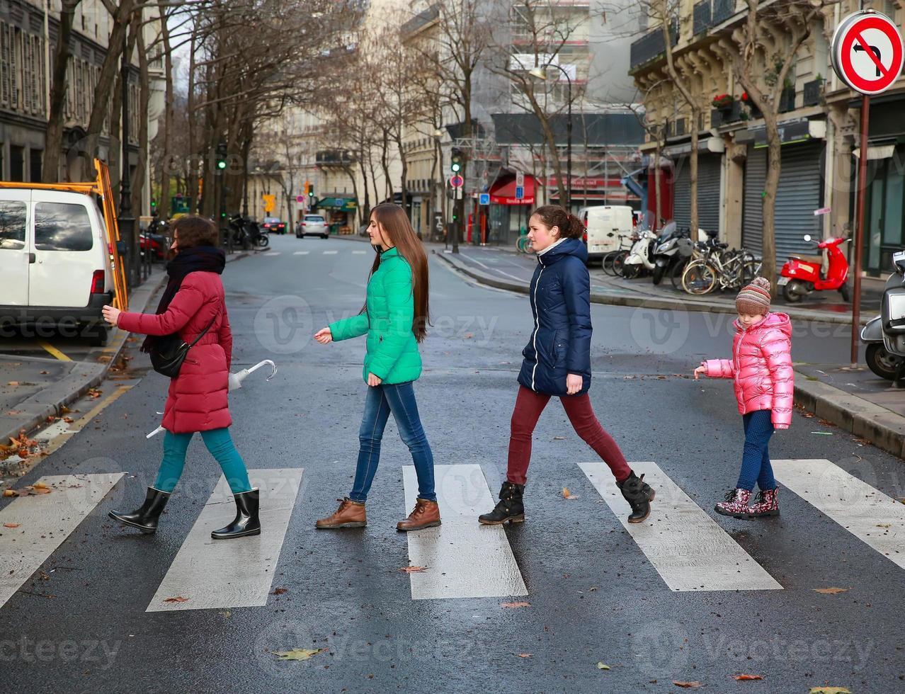 momenti felici in famiglia - ragazze che si divertono foto
